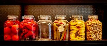 Gläser mit Essiggurken Stockfotos