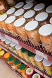 Gläser mit Essiggurken und salzigem Gemüse im russischen Lebensmittelgeschäft lizenzfreies stockbild