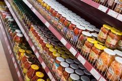 Gläser mit Essiggurken und salzigem Gemüse im russischen Lebensmittelgeschäft stockbild