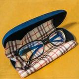 Gläser mit Fall und Putztuch Lizenzfreies Stockbild