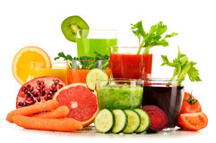Gläser mit frischem organischem Gemüse und Fruchtsäften auf Weiß stockfotos