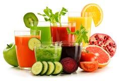 Gläser mit frischem organischem Gemüse und Fruchtsäften auf Weiß Stockfotografie