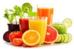 Gläser mit frischem organischem Gemüse und Fruchtsäften auf Weiß Stockfoto