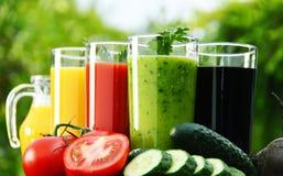 Gläser mit Frischgemüsesäften im Garten Detoxdiät Stockfotos