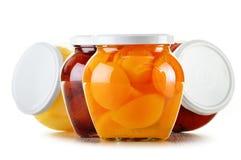 Gläser mit fruchtigen Kompotten auf Weiß Konservierte Früchte Stockfotos