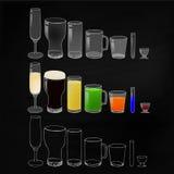 Gläser mit Getränken und leeren sich auf Tafelhintergrund Stockbilder