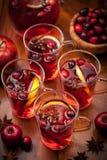 Gläser mit heißem Locher für Winter und Weihnachten Stockfotos