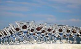 Gläser mit Kirschen auf dem Tisch Stockfotos