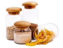 Gläser mit Makkaroni, Reis, Buchweizen und Hafermehl Lizenzfreies Stockfoto