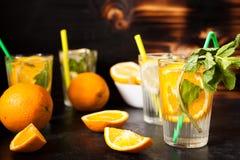 Gläser mit Orangeade und Limonade stockbild