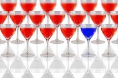 Gläser mit roter und blauer Flüssigkeit Lizenzfreie Stockbilder