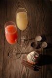 Gläser mit Saft und Eiscreme auf einem hölzernen Hintergrund mit Kerzen 2 Lizenzfreie Stockbilder