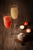 Gläser mit Saft und Eiscreme auf einem hölzernen Hintergrund mit Kerzen 21 Stockfotografie