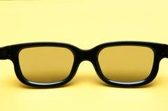 Gläser mit schwarzem Rahmen auf gelbem Hintergrund stockfotos
