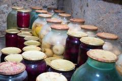 Gläser mit Stau im Keller Stockfotografie