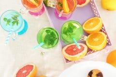 Gläser mit verschiedenen Arten der Limonade Stockfotos