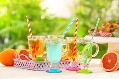 Gläser mit verschiedenen Arten der Limonade Lizenzfreie Stockbilder