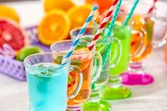 Gläser mit verschiedenen Arten der Limonade Lizenzfreie Stockfotos