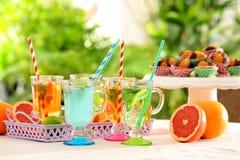 Gläser mit verschiedenen Arten der Limonade verlegen im Freien Lizenzfreies Stockbild