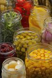 Gläser mit verschiedener konservierter Nahrung lizenzfreie stockfotos