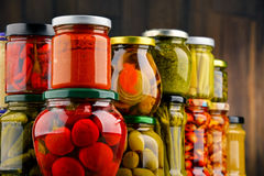 Gläser mit Vielzahl des in Essig eingelegten Gemüses Lizenzfreies Stockbild