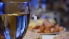 Gläser mit Wein auf Tabelle - Parteihintergrund stock video footage