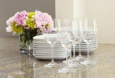 Gläser, Platten u. Blumen Stockfotografie