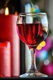 Gläser Rotwein mit Weihnachtsdekoration Lizenzfreie Stockfotos