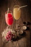 Gläser Saft auf einem hölzernen Hintergrund mit Kerzen 2 Stockfotografie