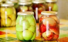 Gläser selbst gemachte Pfirsichkonserven Lizenzfreie Stockbilder