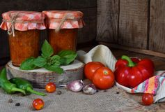 Gläser Tomatensauce mit Paprika, Pfeffer und Knoblauch Soße, lecho oder adjika von Bolognese bewahrung einmachen Lizenzfreies Stockfoto