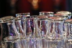 Gläser trocknen auf Stangenzähler Lizenzfreies Stockfoto