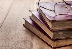 Gläser und alte Bücher lizenzfreie stockfotografie