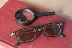 Gläser und alte Bücher Lizenzfreie Stockfotos