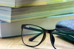 Gläser und alte Bücher gestapelt Lizenzfreie Stockfotos