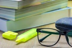 Gläser und alte Bücher gestapelt Lizenzfreies Stockfoto