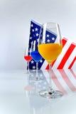 Gläser und amerikanische Flagge lizenzfreies stockfoto