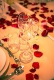 Gläser und Blumenblätter lizenzfreies stockbild