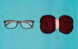 Gläser und Bogenabschluß liegen auf einem blauen Hintergrund lizenzfreie stockbilder