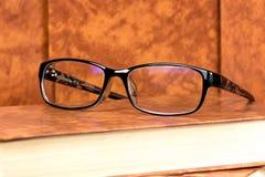 Gläser und Buch Lizenzfreie Stockbilder