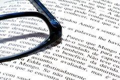Gläser und Buch Lizenzfreies Stockfoto
