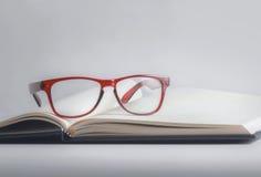 Gläser und Buch Stockbild