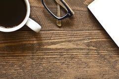 Gläser und Buch auf Holz Stockbilder