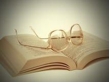 Gläser und Buch-Weinlese Lizenzfreie Stockfotografie