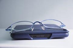 Gläser und eBook Lizenzfreie Stockfotografie