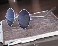 Gläser und ein altes Einklebebuch Stockbild