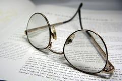 Gläser und ein Buch Lizenzfreie Stockfotos