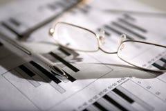 Gläser und Feder Stockfoto