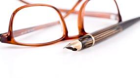 Gläser und Feder Stockbilder