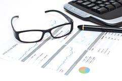 Gläser und Feder auf einem gedruckten Web analytics berichten stockbild